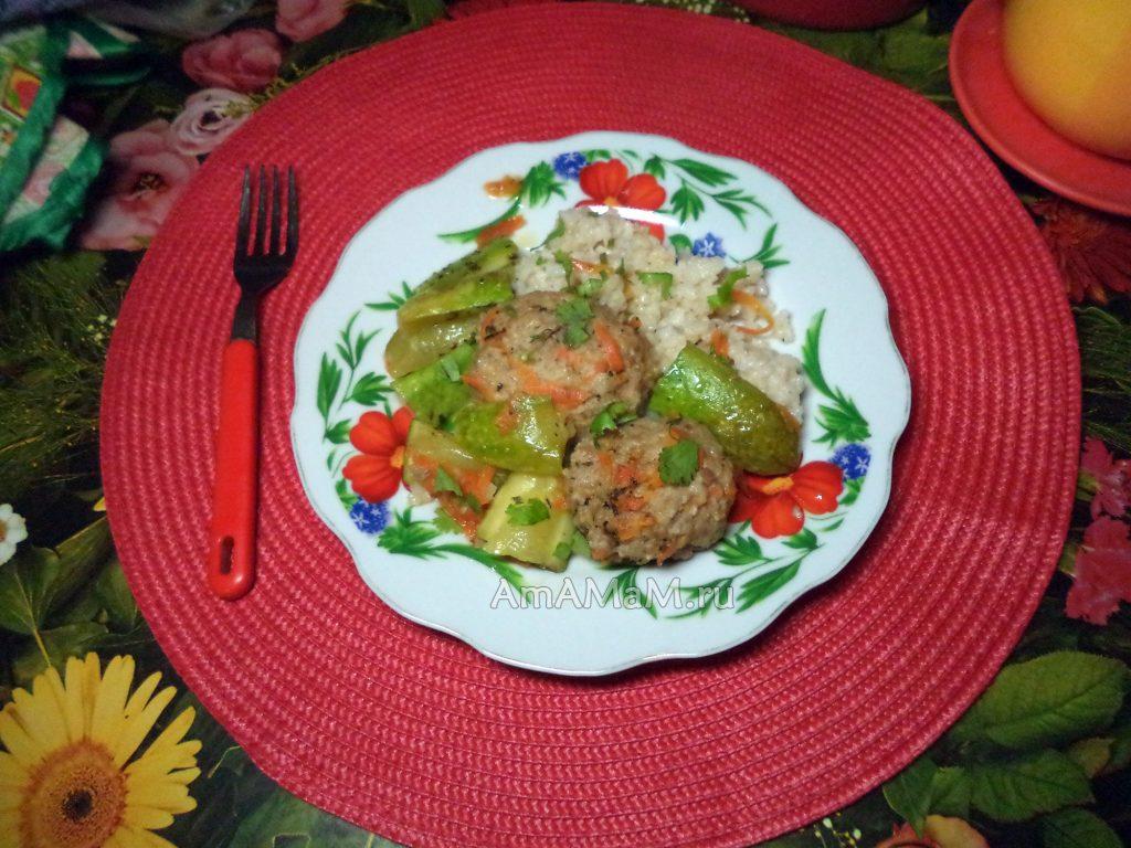 Котлеты с морковью и гарниром из риса и кабачков