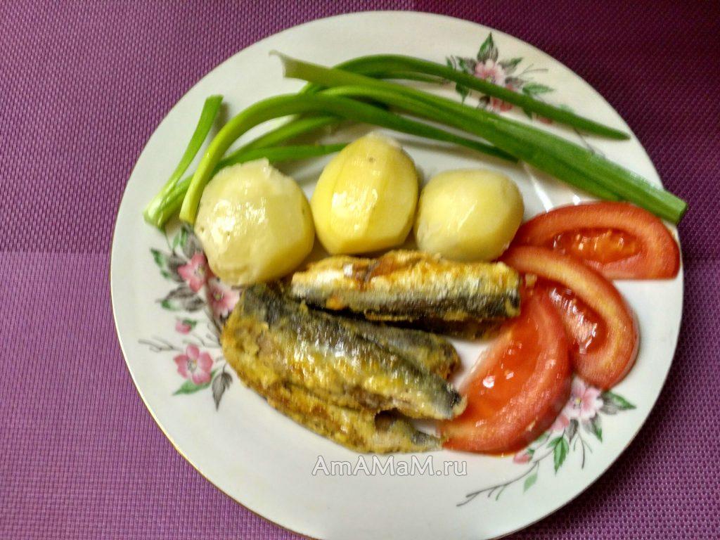 Салака с картофелем, помидором и зеленым луком