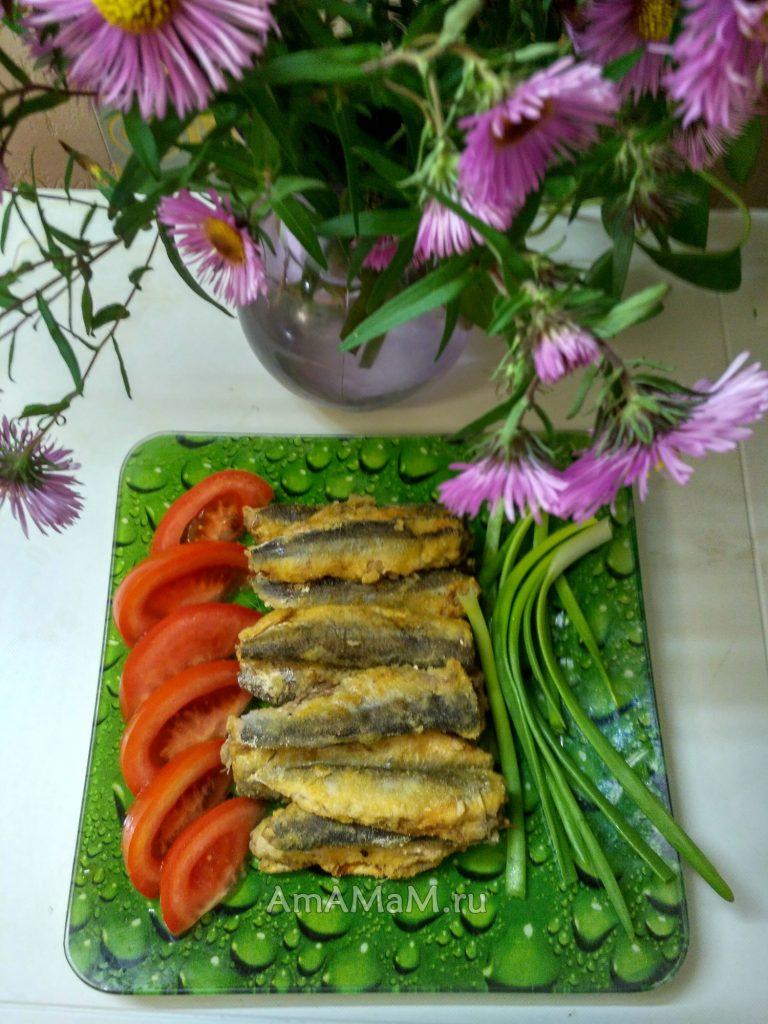 С чем подавать запеченную в духовке салаку- картофель, зелень и помидоры