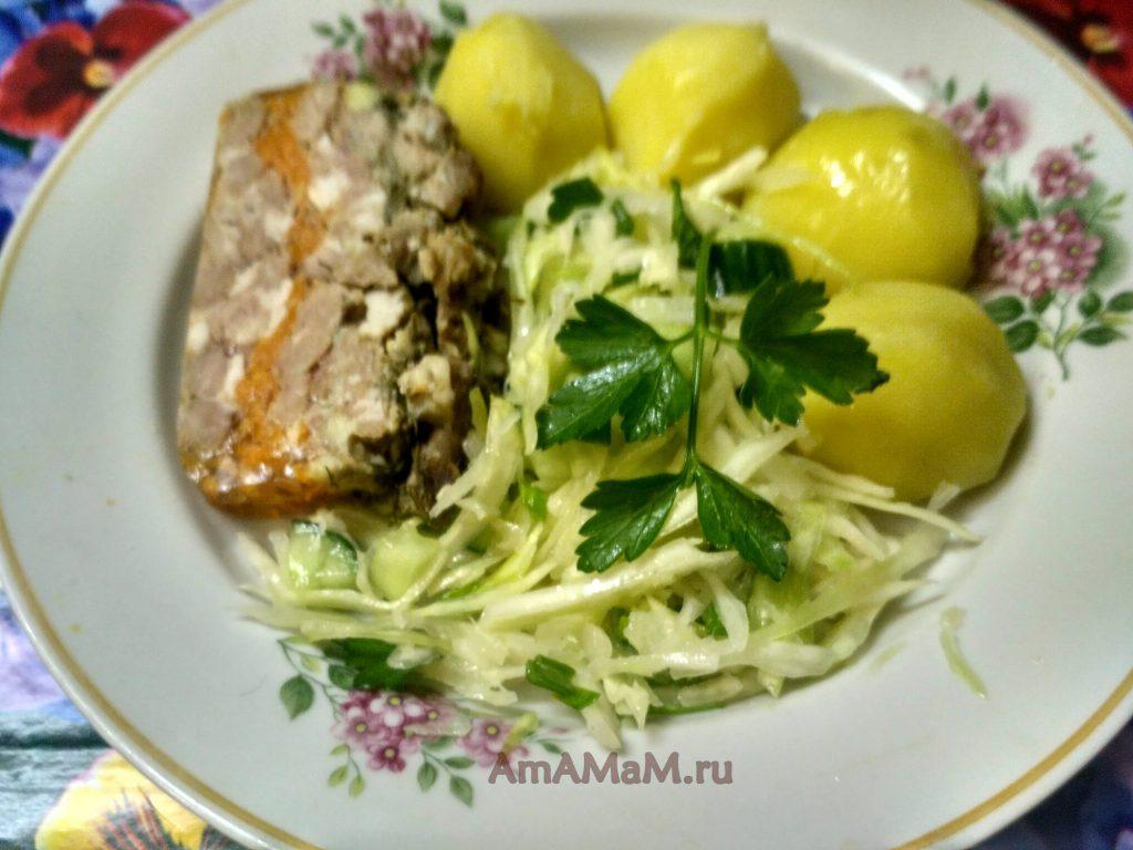 Капуста с огурцом - салат на тарелке с картофелем и мясом