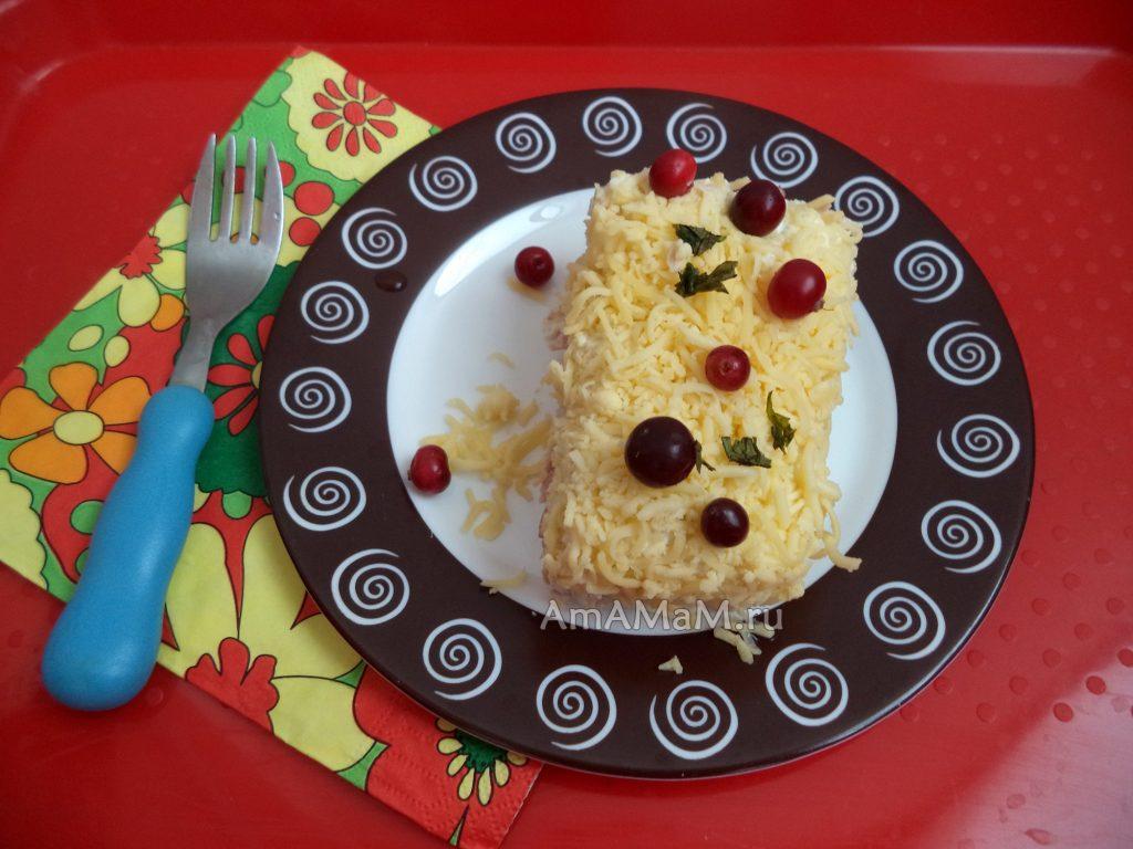 Салат Мечта из курицы с яблоками, ветчиной и сыром
