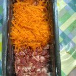 Сырая морковь поверх свинины