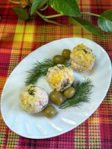 Закуска к праздничному столу - шарики из сырного салата с крабовыми палочками