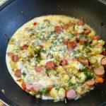 Рагу из цветной капусты и сосисок в яйце