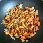 Как тушат картофель с грибами - этапы
