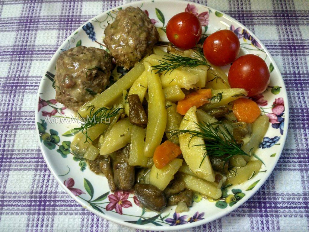 Тушеный картофель с грибами и котлетами