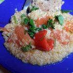Каша из пшеничной крупы с перцем и помидорами