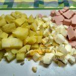 Нарезка картофеля, колбасы и яиц