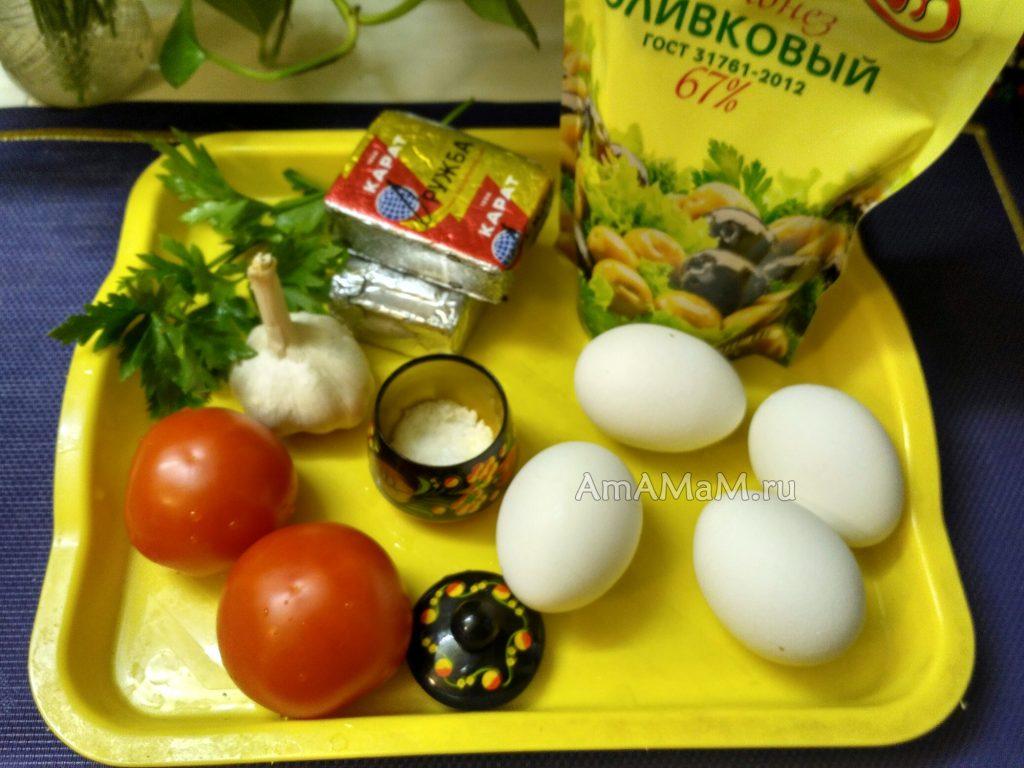 Салат из плавленых сырков с яйцами, чесноком и помидорами