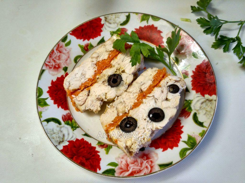Куриный рулет из грудки с морковью и маслинами в желе