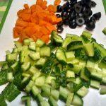 Как нарезать огурцы, морковку и маслины в салат