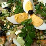Салат из печени трески с морковью, горошком, маслинами и огурцами