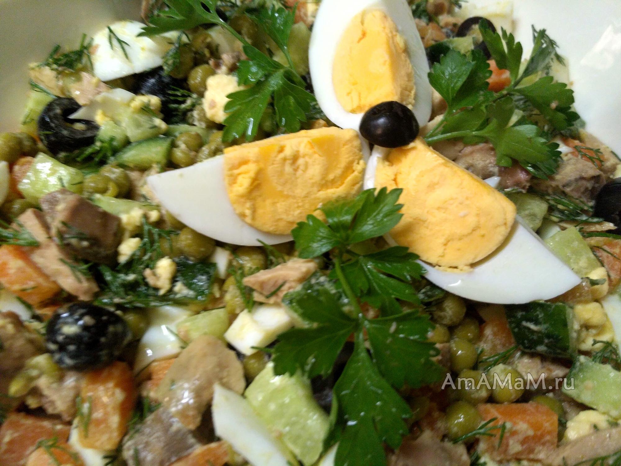 Легкий салат с печенью трески, картофелем, томатом и зеленью
