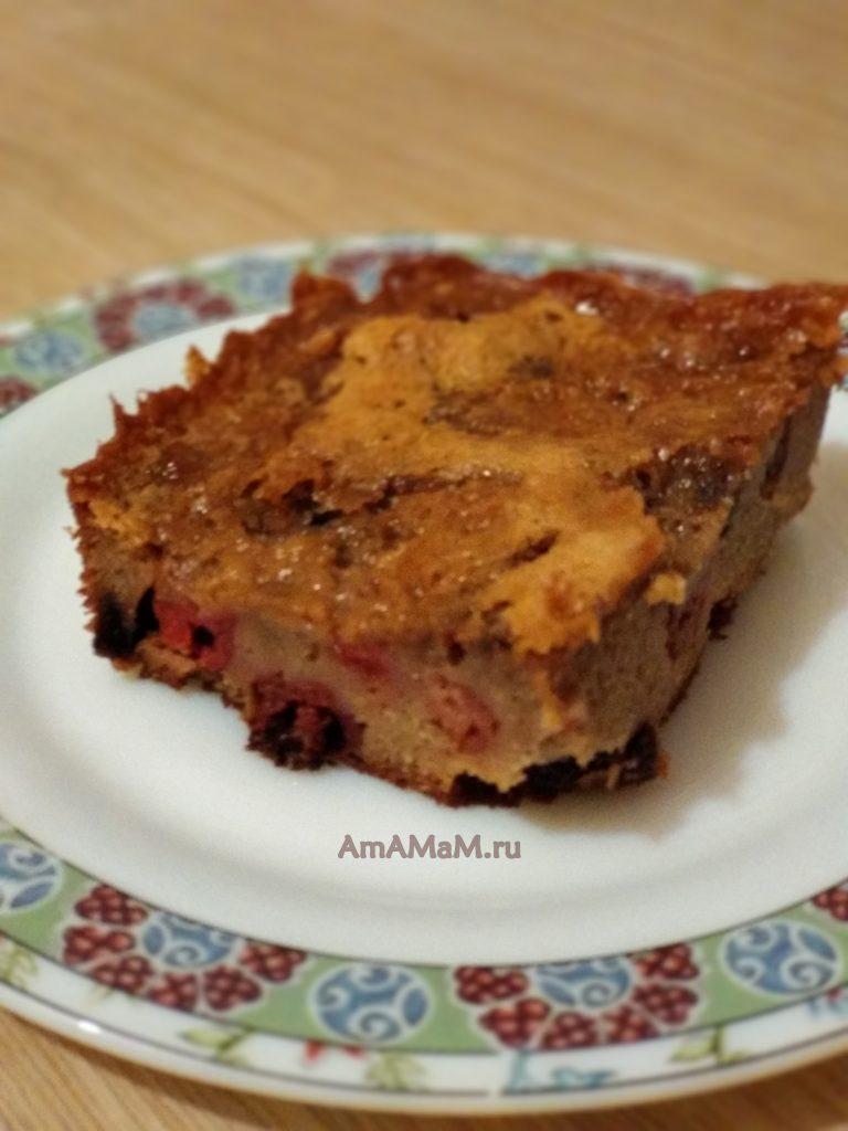 Пирог из вишни, изюма и какао