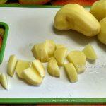 Картофель нарезанный на разделочной доске