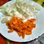 Лук и морковка в тарелочке