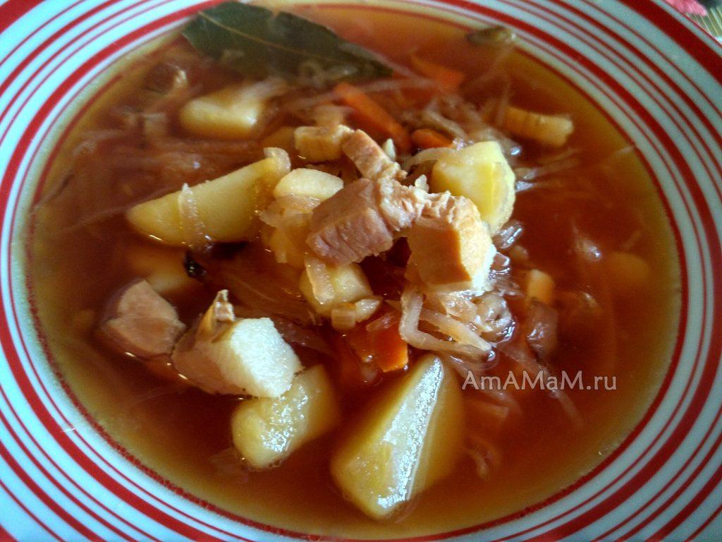 Тарелка вкусного борща с грудинкой (или соленым салом)