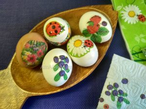 Яйца с аппликацией из бумажных салфеток (декупаж)
