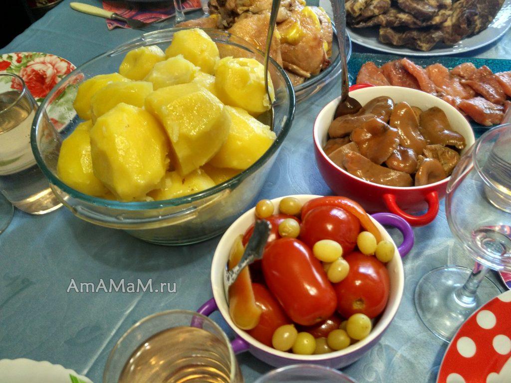 мясо, салат и закуски на праздничном столе - вкусно и недорого