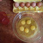 Добавляем яйца в тесто