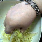 Как мнут капусту руками для придания мягкости