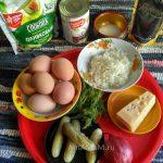 Рецепт рисового яичного салата с сыром, огурчиками и грибами