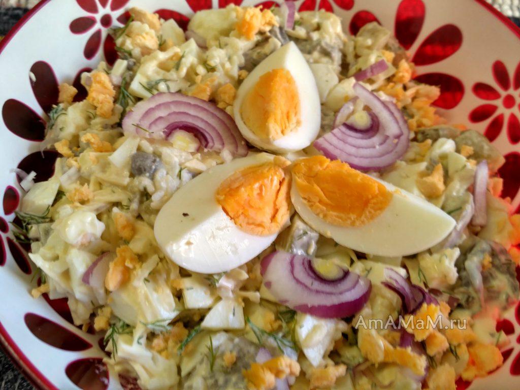 Рисовый салат на основе яиц с грибами и маринованными огурцами