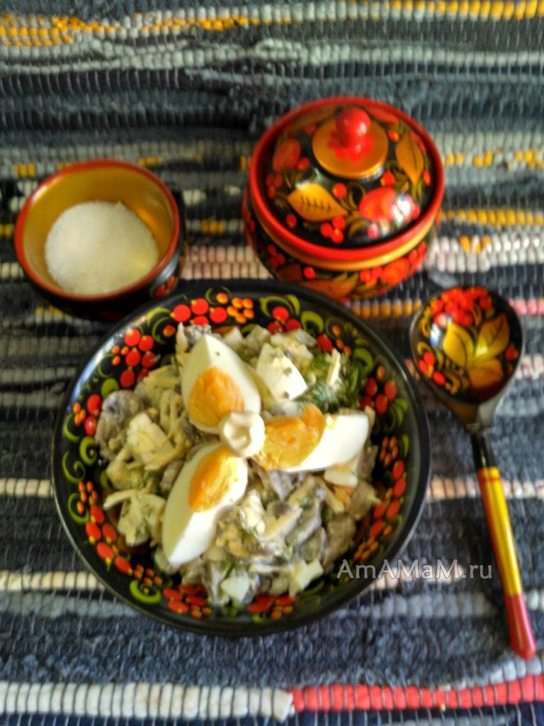 Польский салат из яиц, сыра и грибов с солеными огурцами