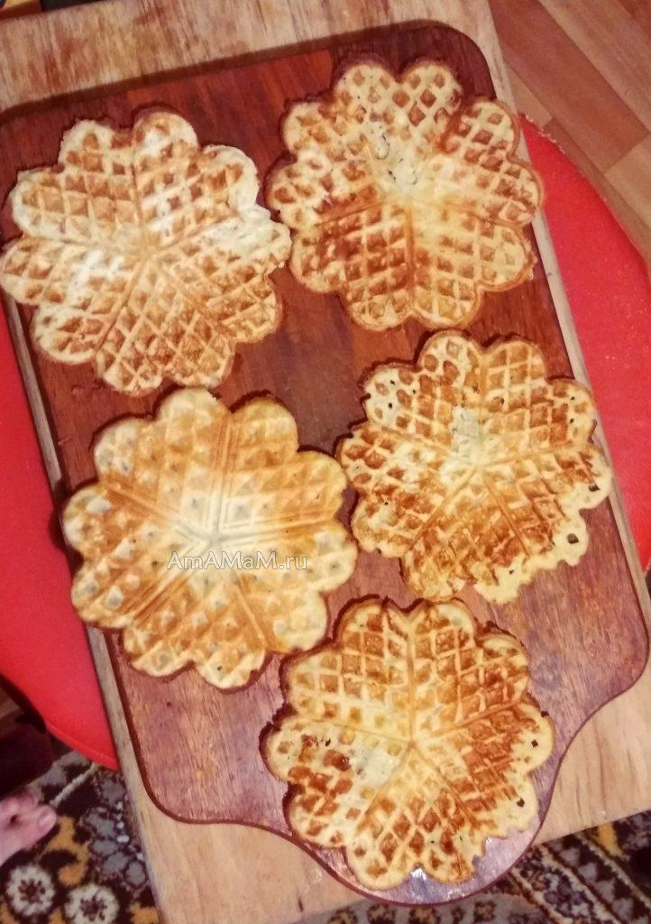 Венские вафли на деревянной доске