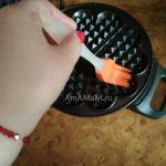 Смазывание электровафельницы перед выпечкой