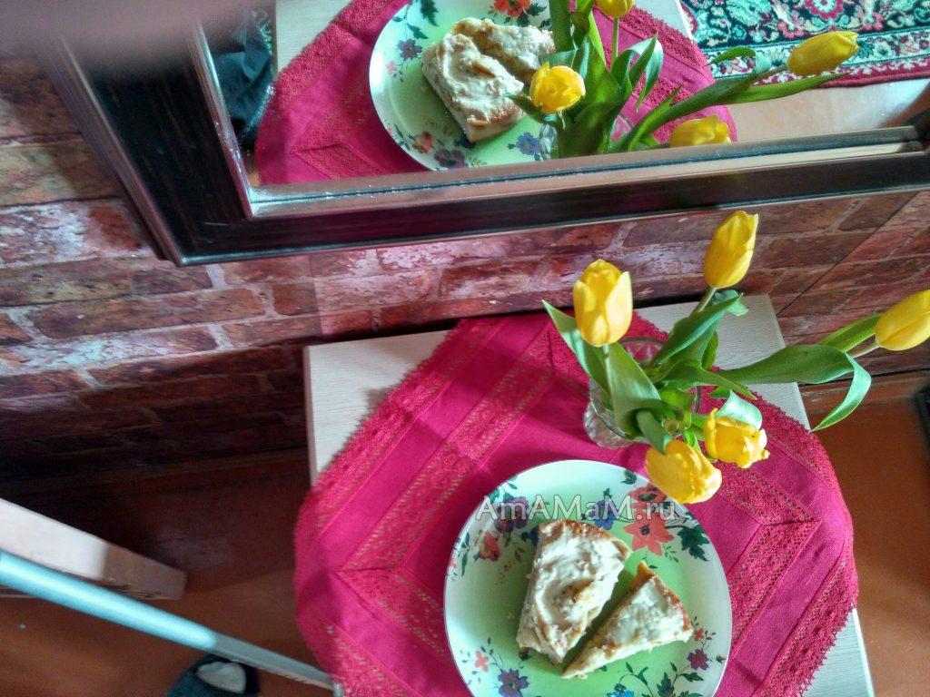 Желтые тельпаны и яблочный пирог - отражение в зеркале