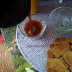 Розлив жидкого деле по креманкам