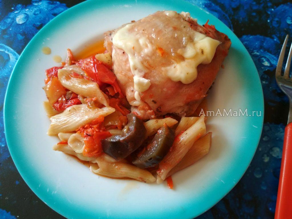 Вкусные запеченные бедрышки с макаронами и овощами