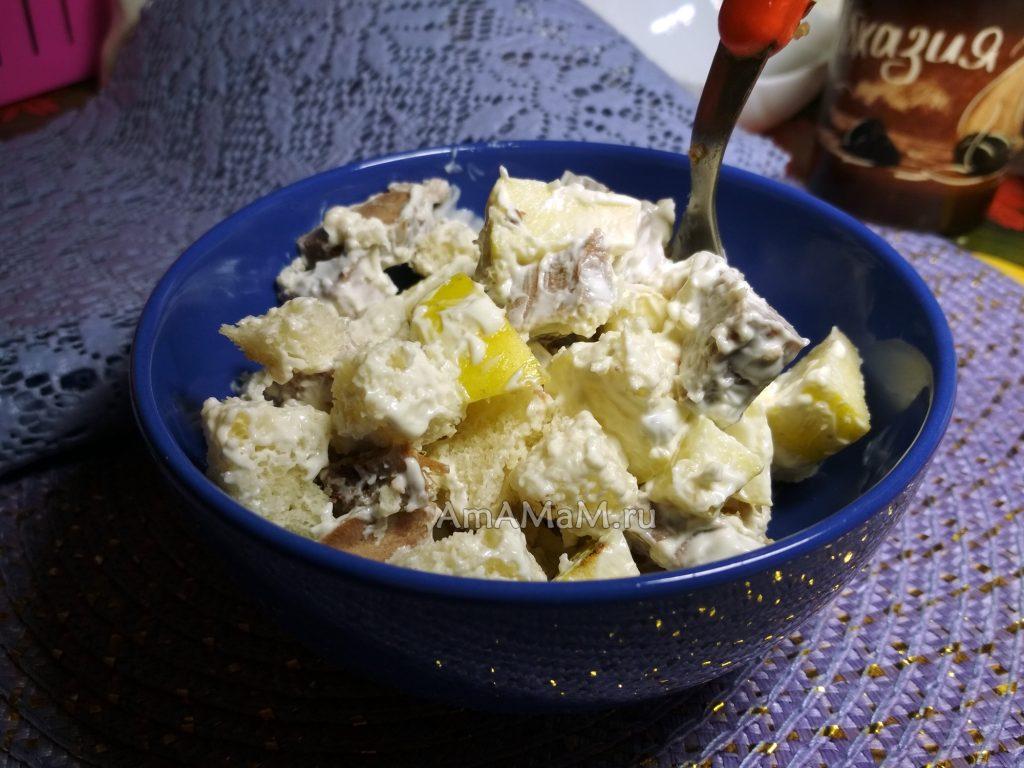 Вкусный салат из языка и яблок с хлебом