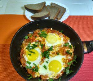 Шакшука - яичница-глазунья с овощами