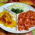 Как нарезают помидоры, перец, лук, чеснок и зелень в шакшуку - фото и рецепт