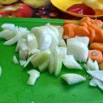 Лук - четвертинками, морковь - кружочками
