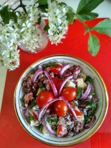 Салат с черри, фасолью и сыром