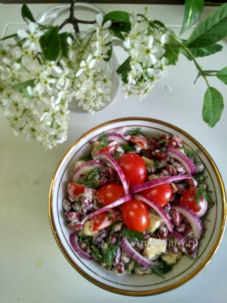Салат с красной фасолью, сыром и черри