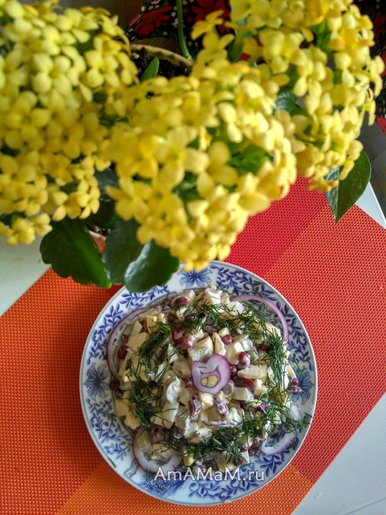 Салат из белой фасоли с яблоками, яйцами и огурчиками