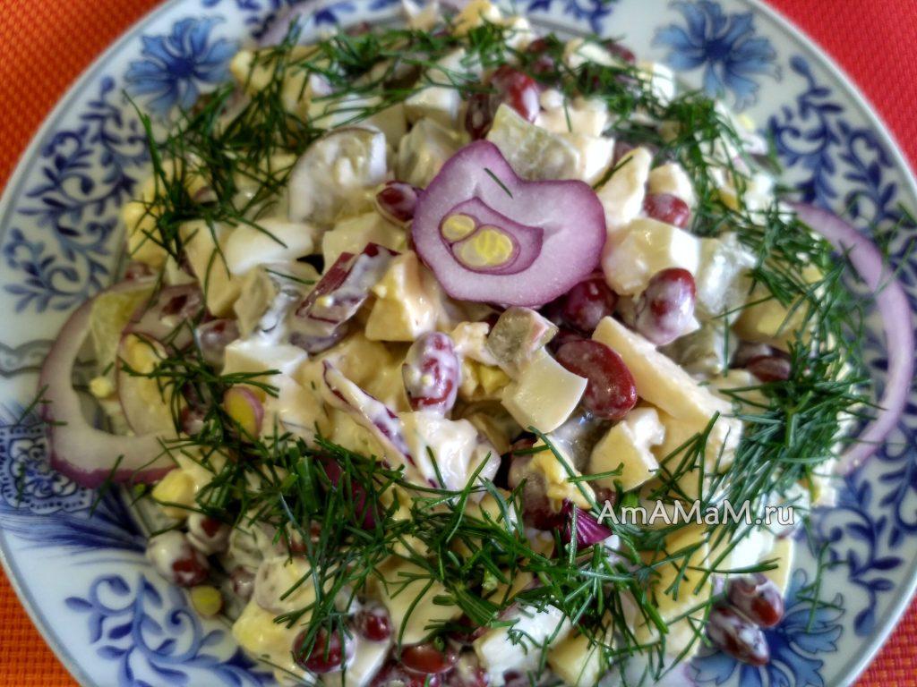 Простой салат из белой консервированной фасоли с яблоком