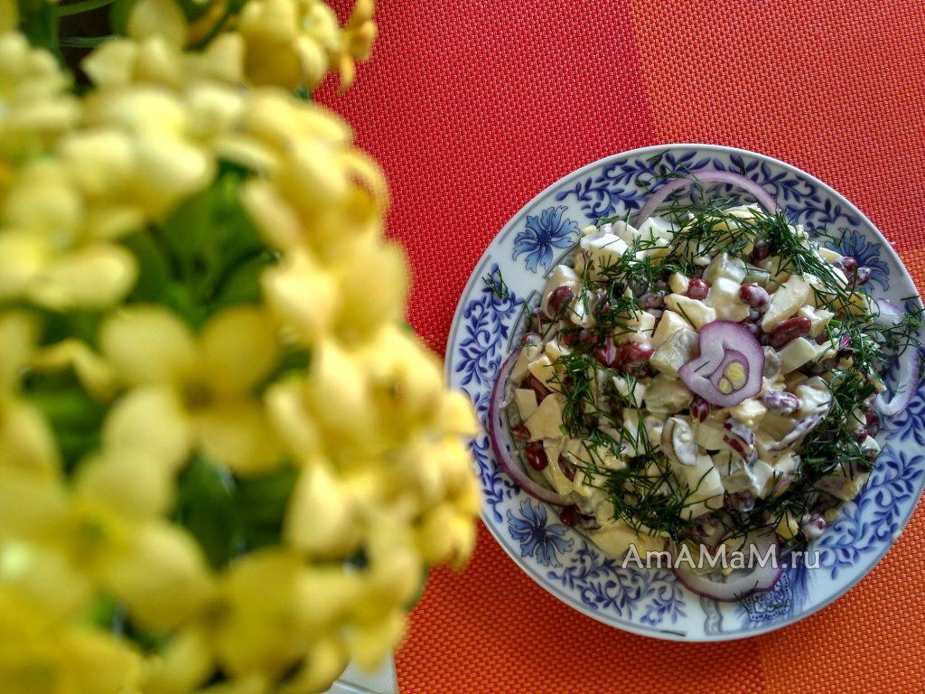 Фасоль - салат с яйцами, яблоком и солеными огурцами
