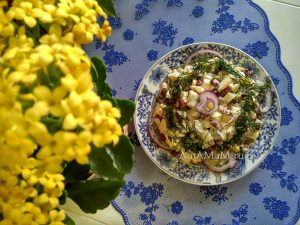 Салат из консервированной фасоли с яблоком и корнишонами
