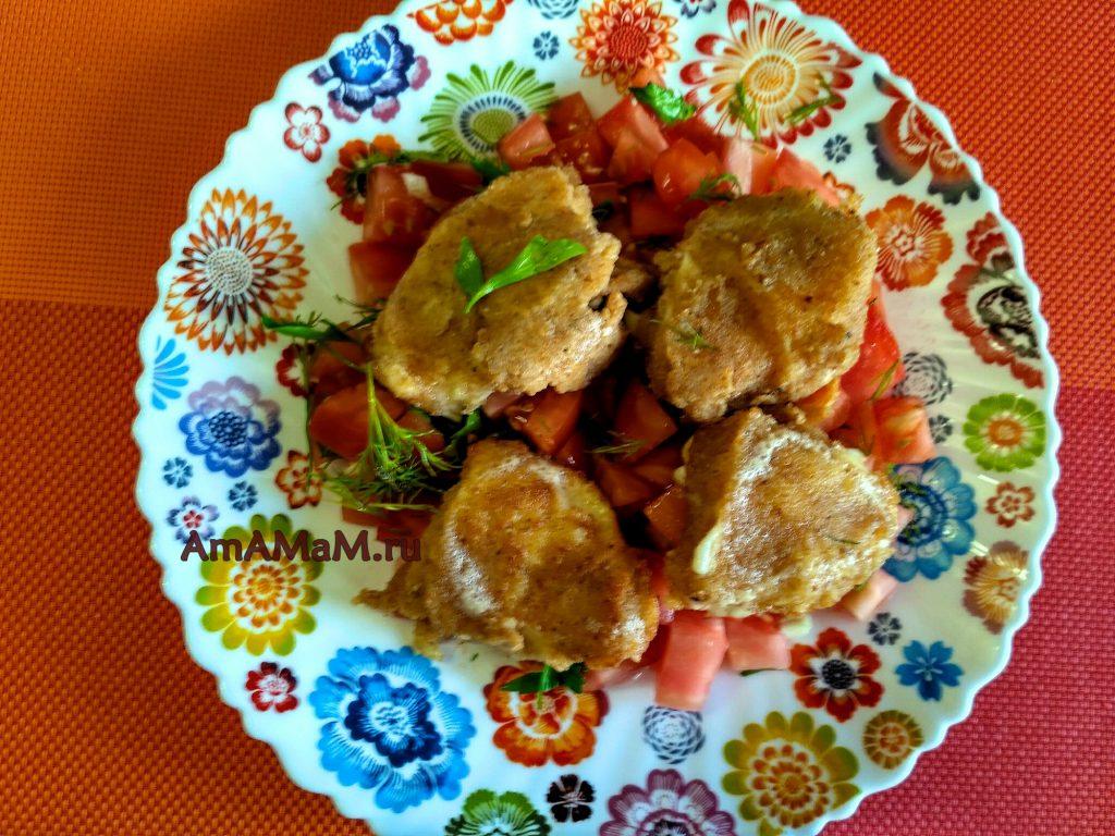 Жареный сулугуни с салатом