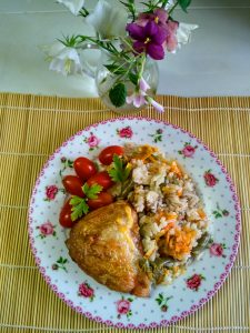 Бедрышки с рисом, стручковой фасолью и морковью