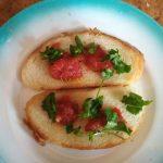 Приготовление бутерброда с яичницей, кетчупом и соленым огурцом