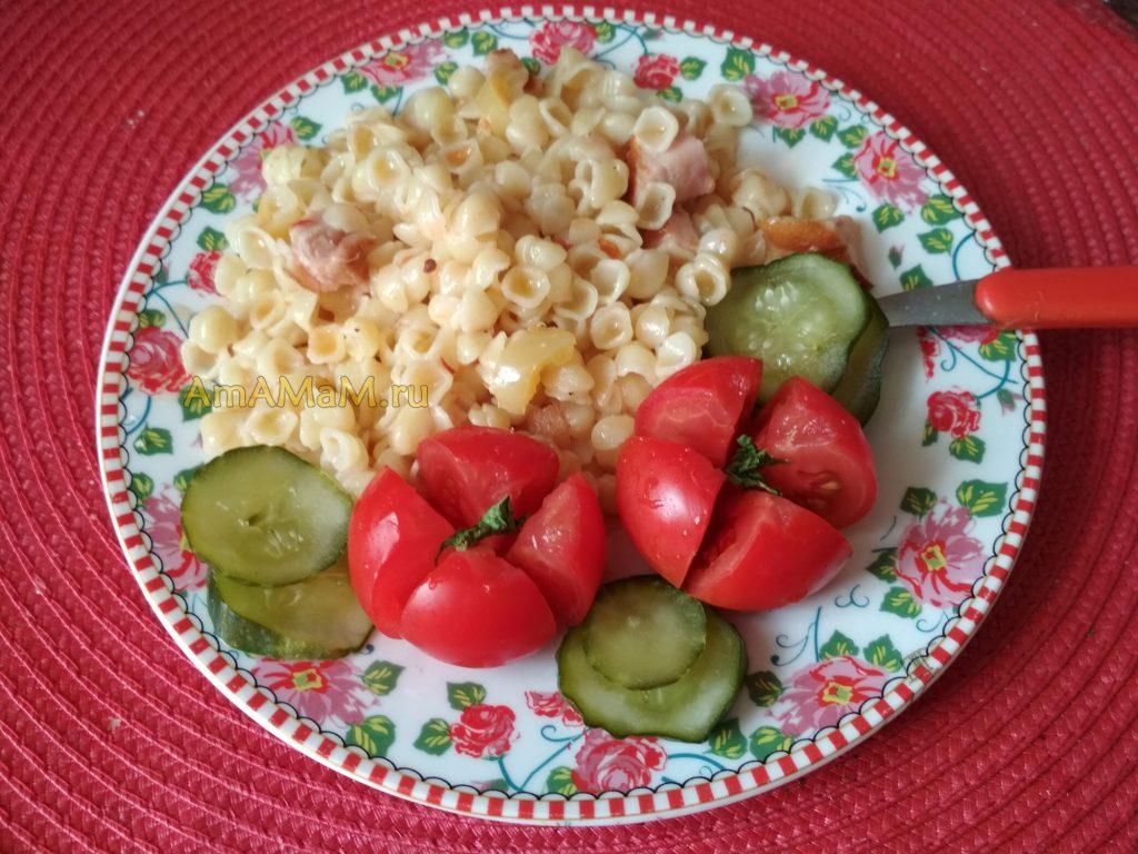 Приготовление макарон с ветчиной, томатом и сладким перцем