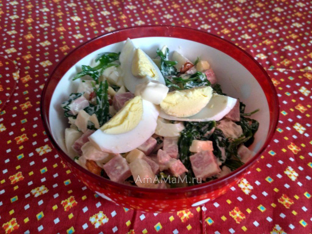 Салат из рукоклы с грушами, яйцами, сыром, ветчиной