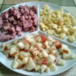 Составляющие салата из рукколы (груша, сыр, ветчина)