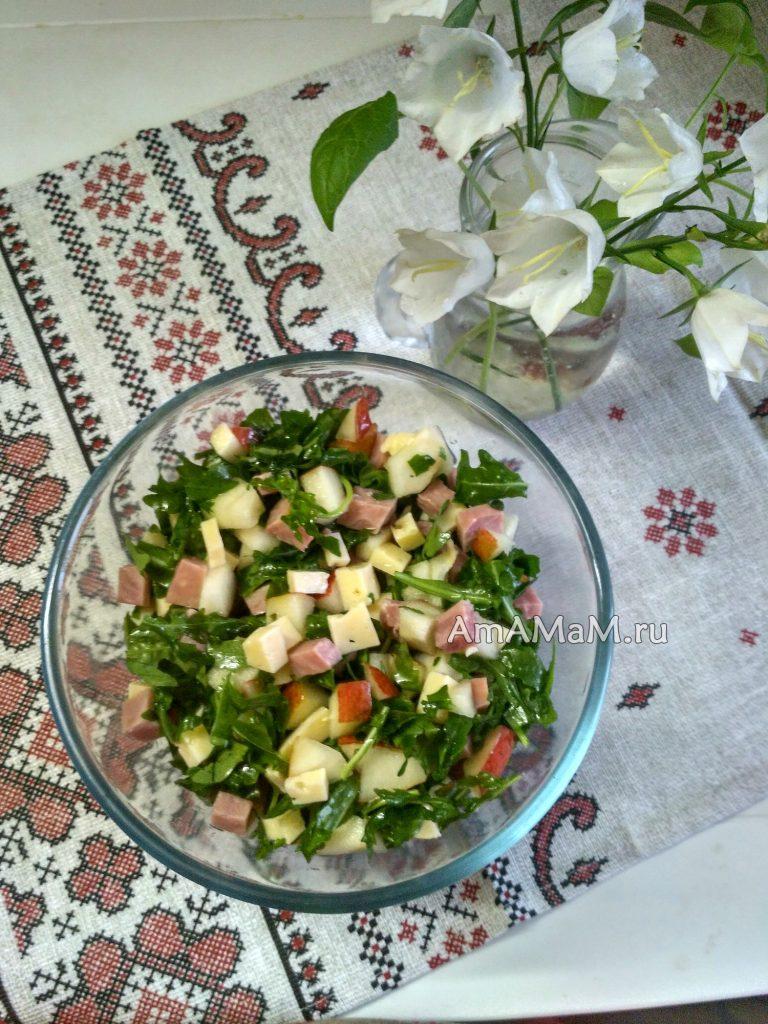 Сырный салат из груш, рукколы и ветчины